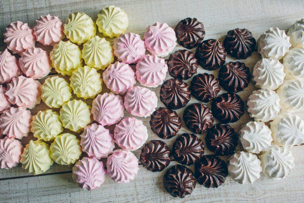 Разноцветный зефир и зефир в шоколаде на столе