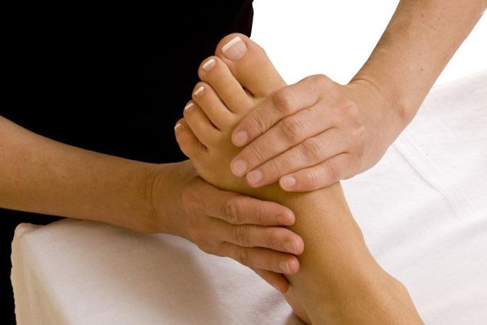 Для облегчения болей при остеопорозе стопы применяется массаж