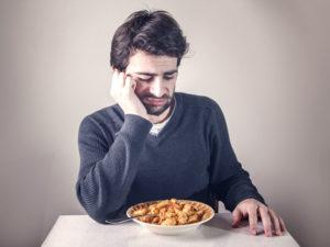 потеря аппетита является одним из начальных симптомов заболевания