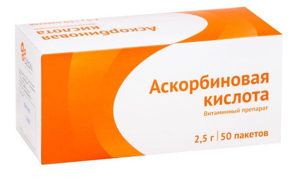 Аскорбиновая кислота в упаковке на белом фоне