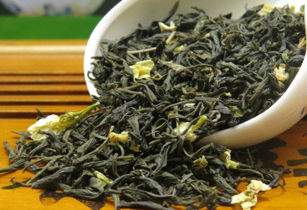 Зеленый чай с жасмином заварка на столе