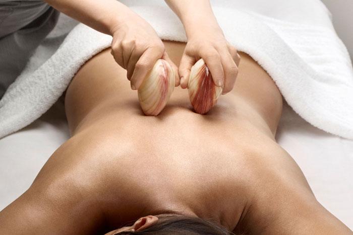 Для увеличения эффективности массажа можно использовать ракушки, валики, специальные массажные устройства