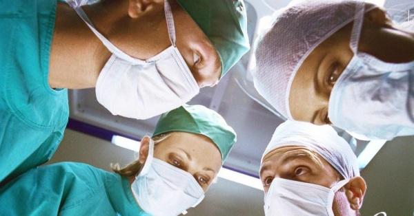 Операцию при грыже спины проводят несколько врачей