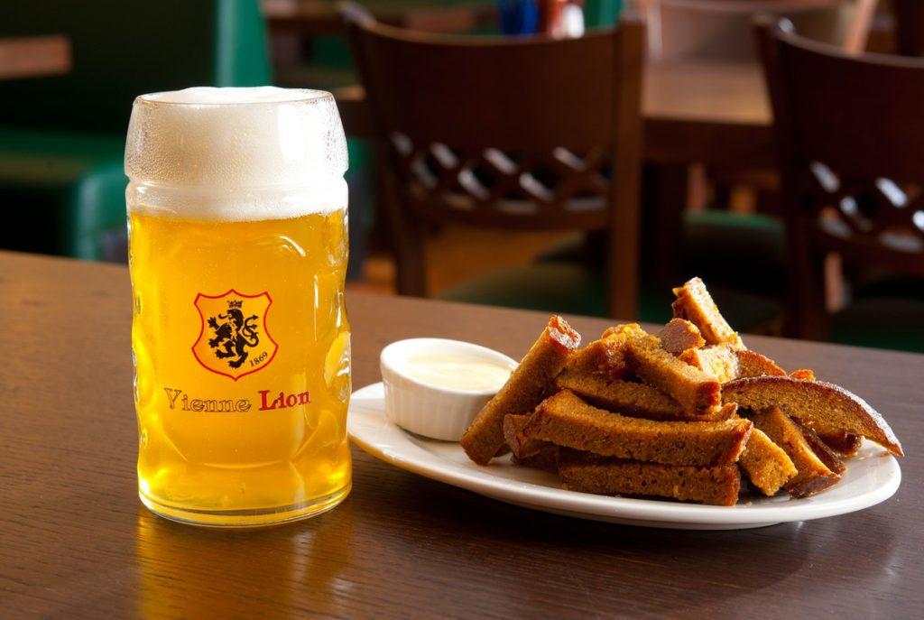 Пиво и хлебные гренки на столе