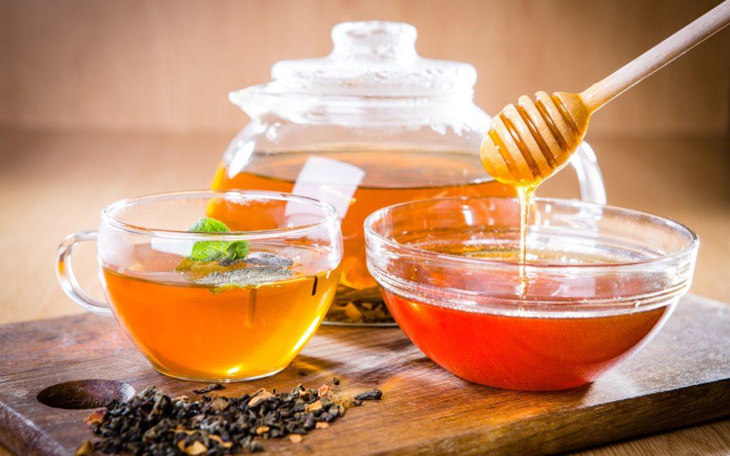 Чай с пиалой меда на столе