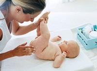 Смазывание анального отверстия ребенка для ввода свечки