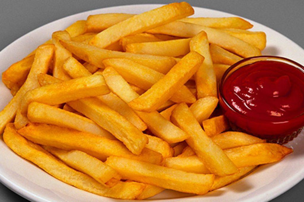 Картофель фри на тарелке с кетчупом