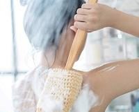 Девушка намыливается мочалкой