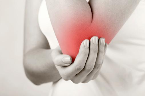 При артрите локтя часто бывают сильные боли