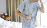 Человек с болью в кишечнике