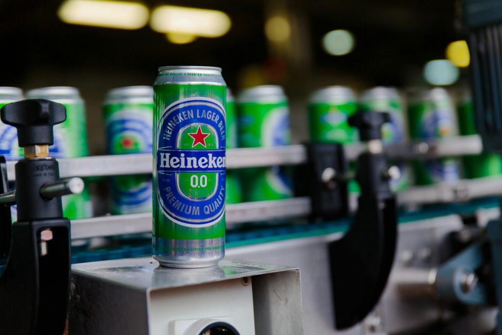 Безалкогольное пиво Heineken в банке на фоне других банок