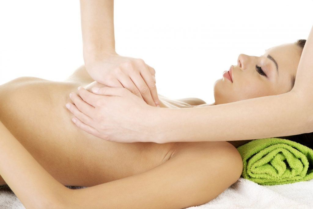 Девушке делают массаж груди