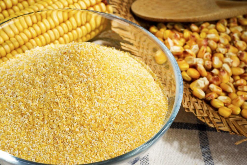 Кукурузная крупа в миске