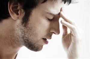 Весомым поводом для беспокойства становится появление таких симптомов, как сильные головные боли