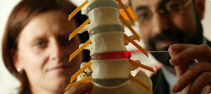 Первичная диагностика грыж спины осуществляется врачом-терапевтом