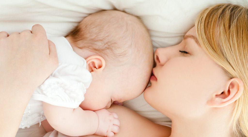 Девушка и ребенок спят