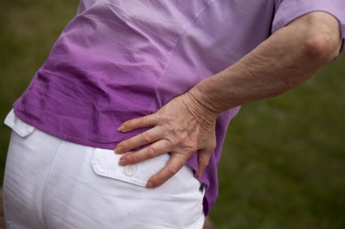 При остеопорозе тазобедренных суставов возможны сильные боли