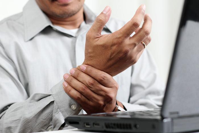 Наиболее частым осложнением артрита является хроническая мучительная боль