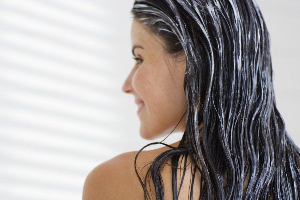 Женщина с маской на волосах