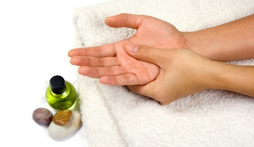 Для массажа рук рекомендуется применять разогревающие гели
