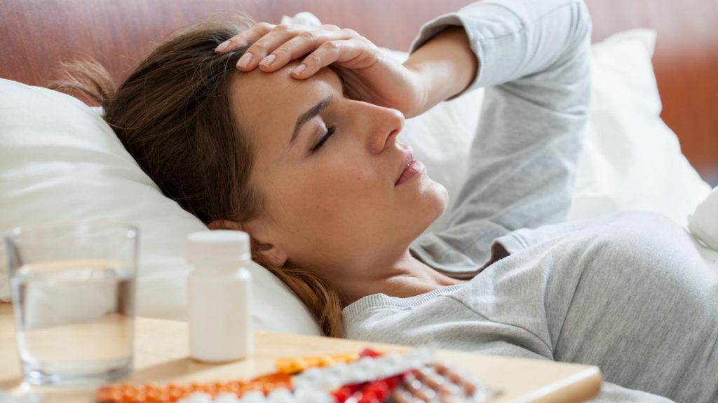 Женщина простудилась или у нее болит голова
