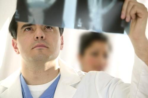 Лечением перелома позвоночника должна заниматься только врач