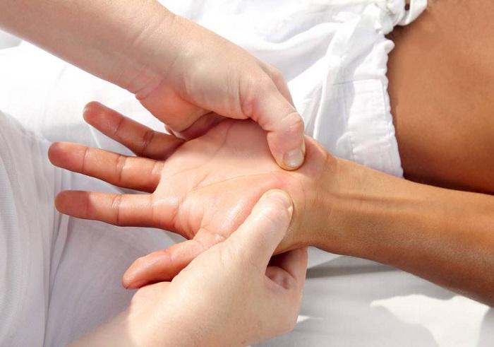 Проведение точечного массажа ладоней