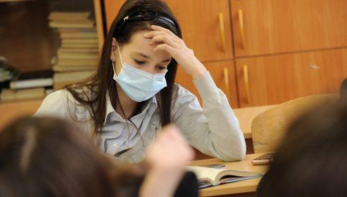 Девочка в маске