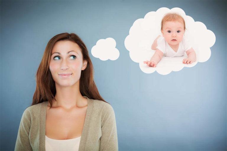 Женщина думает о ребенке