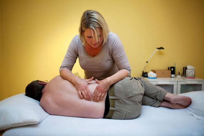 Лечение болей при сколиозе с помощью массажа