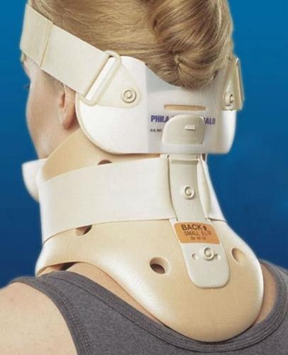 Пострадавшему с хлыстовой травмой требуется иммобилизация шеи