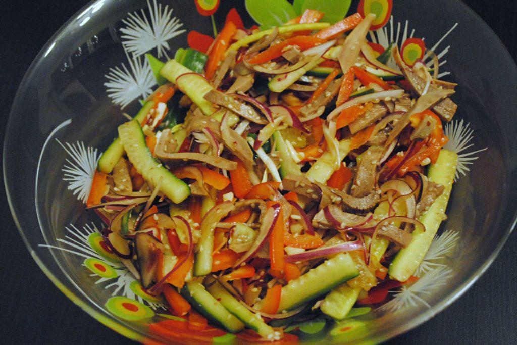 Китайский салат в стеклянной тарелке