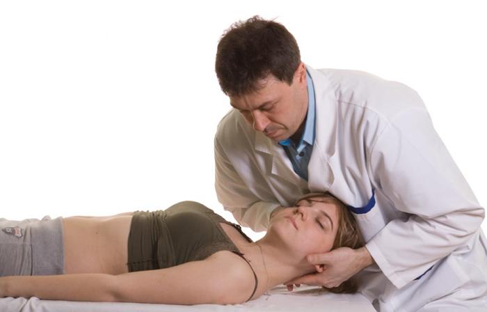 В период реабилитации после хлыстовой травмы применяют массаж