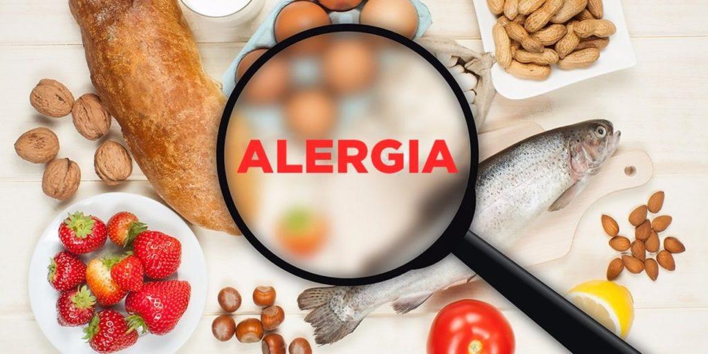 продукты на столе, над ними лупа и слова аллергия на английском языке