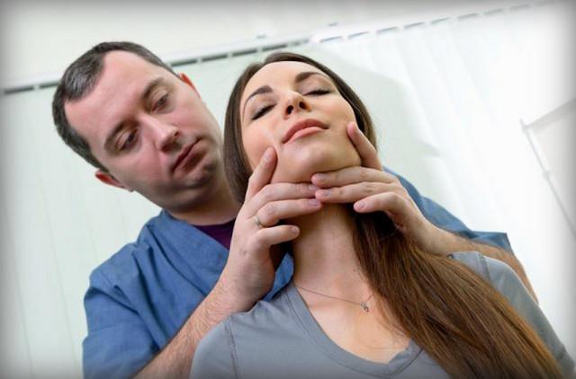 Проведение массажа шеи врачом А. Ю. Шишониным