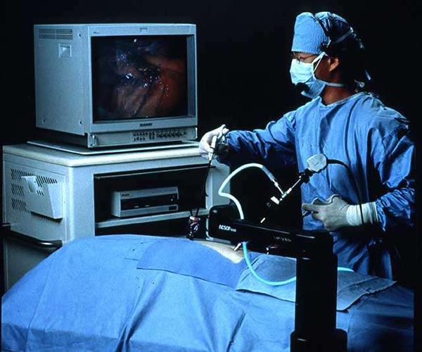 Микродискэктомия проводится под наблюдением с помощью операционного микроскопа