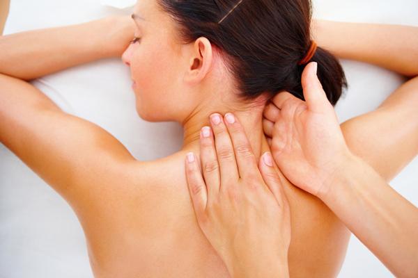 Самомассаж шеи несколько менее эффективен, чем классический шейный массаж