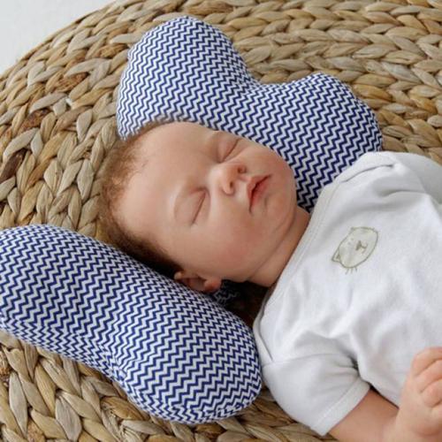 Сон ребенка на подушке-бабочке