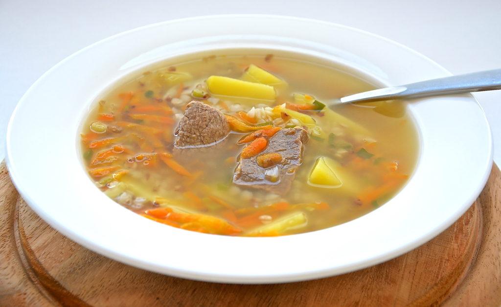 суп с говядиной и гречкой в белой тарелке