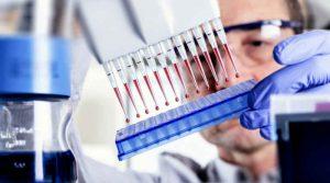 Лаборант и анализы крови