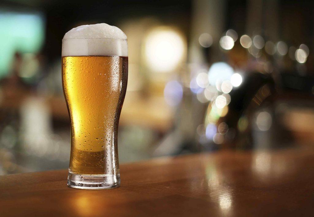 Стакан светлого пива на столе